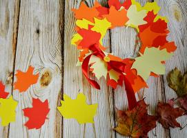 Ozdobny wieniec z jesiennych liści